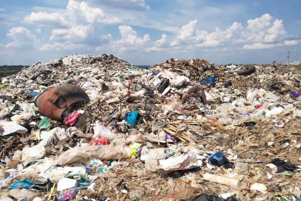 Foto um grande monte de lixo no solo