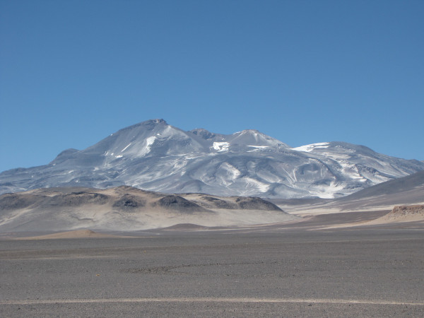 Foto de um vulcão, o mais alto do mundo, no Chile.