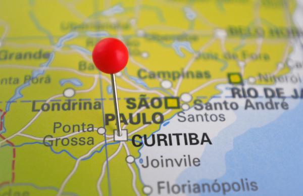 Foto de mapa brasileiro com o foco no litoral do Sudeste e Sul e com marcação em Curitiba.