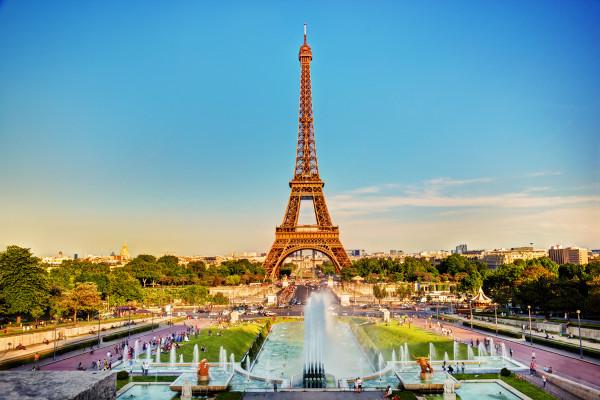 Vista aérea da Torre Eiffel, em Paris, França.
