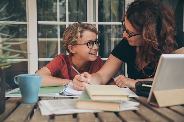 Mãe estudando com filho.