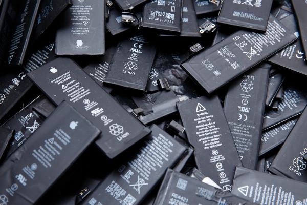 Baterias de celular feitas de íon lítio.