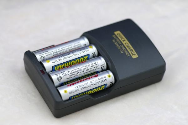 Baterias NiCd em um carregador: muito comuns em eletroportáteis.