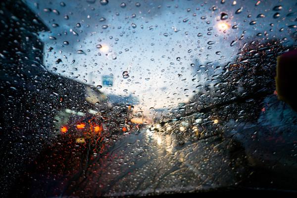 Imagem de um vidro molhado pela chuva.