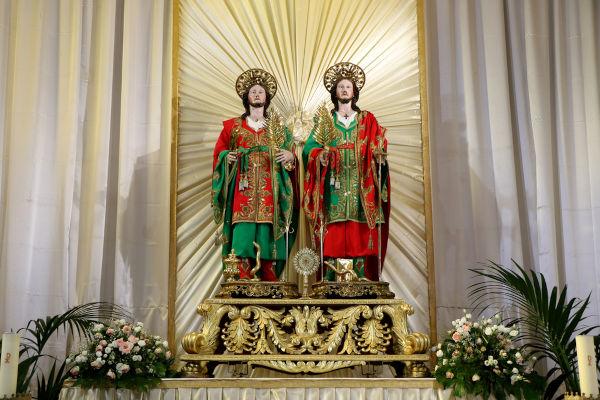 Imagem religiosa de São Cosme em Damião exposta em altar de igreja.