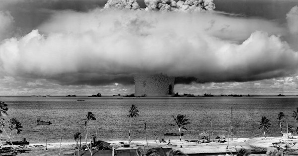 Explosão causada pela bomba nuclear Baker, na Operação Crossroads, em 1946, no Atol do Bikini, oceano Pacífico.
