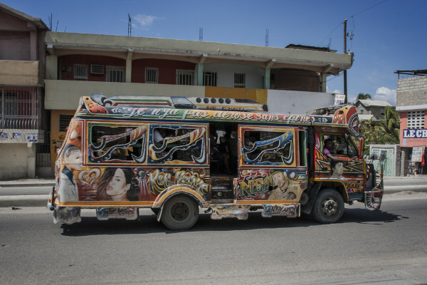 Tap-tap, forma de transporte público coletivo no Haiti.[2]