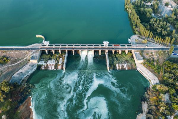 Vista aérea de uma usina hidrelétrica.