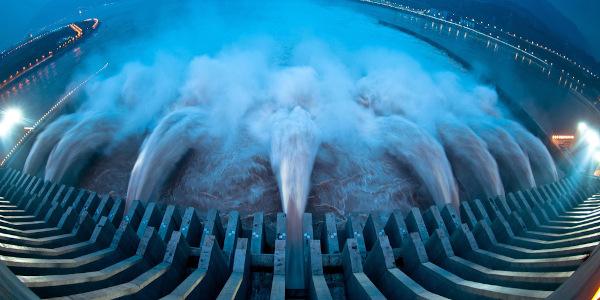 A energia hidrelétrica é gerada pela força das águas. Na imagem, a barragem da maior hidrelétrica do mundo, a Três Gargantas, localizada na China.