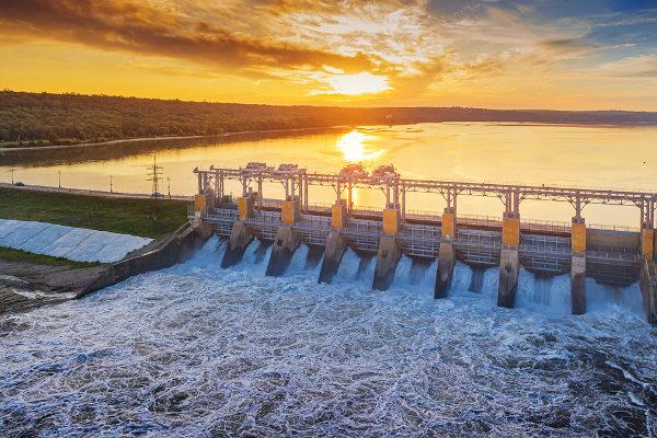 Foto de usina hidrelétrica em funcionamento.