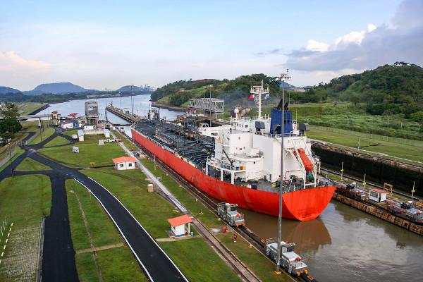 O Canal do Panamá representa uma rota estratégica para o comércio internacional.