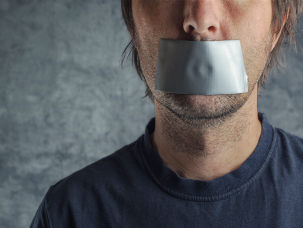 Homem censurado com faixa na boca
