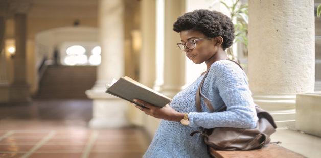 Jovem negra lê livro