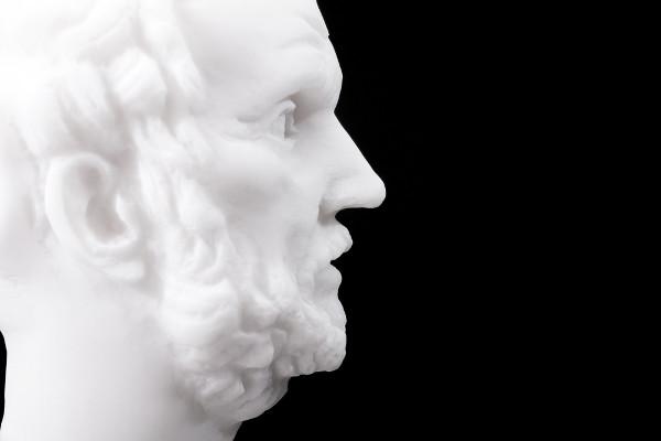 Demócrito, considerado o filósofo sorridente, foi discípulo de Leucipo.