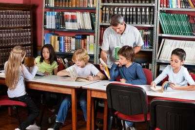 A proposta de aula sobre a criação de um roteiro fortalece o trabalho em grupo, estimulando a criatividade e os conhecimentos linguísticos dos alunos