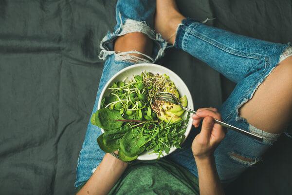 As pessoas veganas preocupam-se com a alimentação, entretanto, ser vegano vai muito além do alimento.