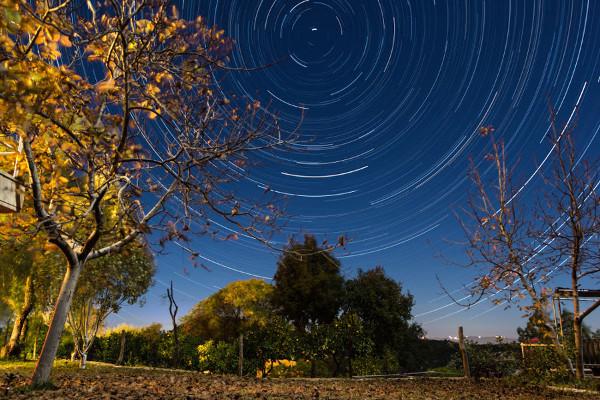 Fotografias de longa exposição mostram o movimento relativo entre a Terra e as estrelas.