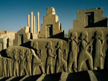 Persépolis – arquitetura imponente, trabalhada em prata e ouro. Esculturas em relevo simbolizam oferendas ao rei