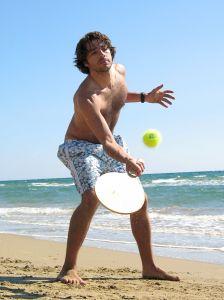 Frescobol é comum nas praias brasileiras