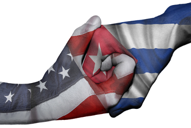 Mãos em sinal de solidariedade representando as bandeiras dos Estados Unidos e de Cuba