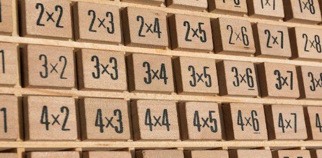 Geoplano de madeira com operações de multiplicações