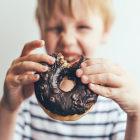 Criança segurando donut