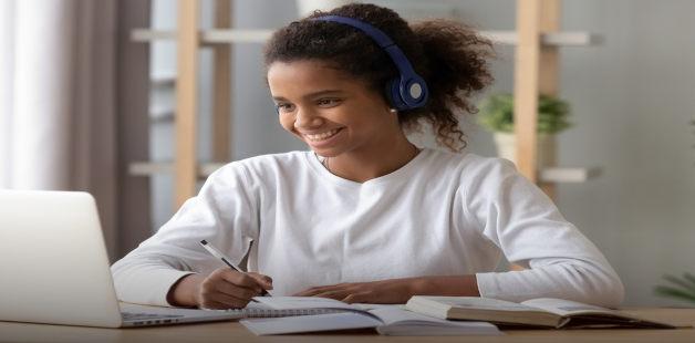 Estudante com notebook