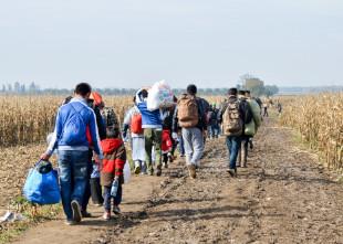 pessoas saindo do campo