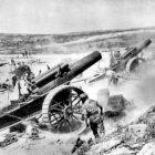 Canhão abrindo fogo próximo à trincheira