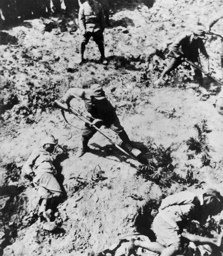 Durante a Segunda Guerra Sino-Japonesa, o exército japonês realizou inúmeras atrocidades contra a população chinesa.[1]