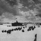 Soldados andando no mar durante Dia D