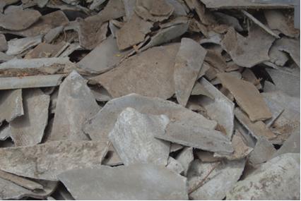 Telhas quebradas são um perigo, pois expõem as fibras de amianto