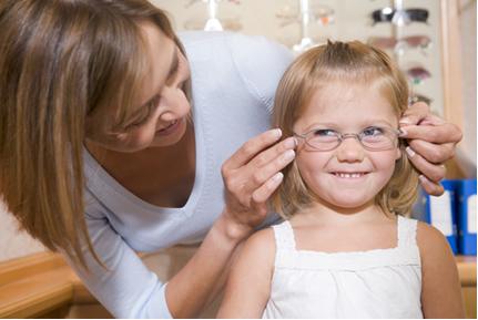 Criança de óculos pode estudar sem problemas