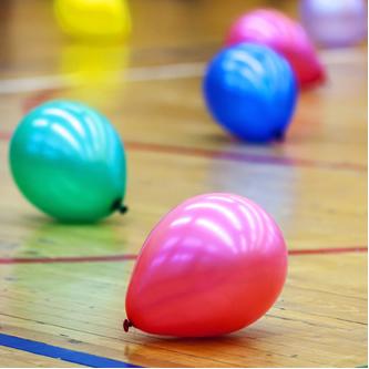 Balões preenchidos com gás carbônico descem quando soltos no ar