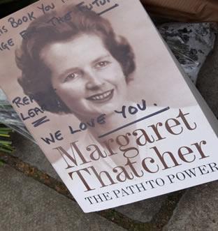 """Livro de Thatcher colocado na porta de sua casa escrito, dentre outras coisas, """"Nós te amamos"""".***"""