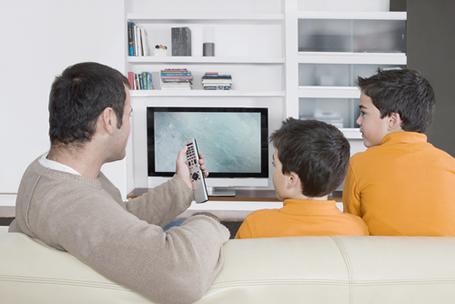 É muito importante que os pais acompanhem os filhos quando estes estiverem em frente à telinha
