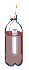 Colocando tubo de ensaio com bicarbonato de sódio na garrafa