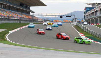 A volta de apresentação dos carros em corridas serve para aquecer os pneus dos carros para atingir a pressão ideal