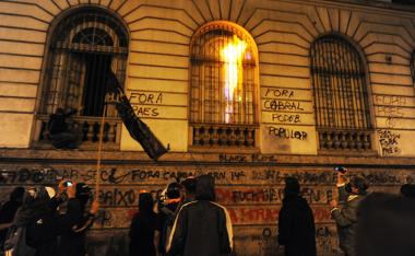 Manifestantes do black bloc lançando coquetéis-molotovs na Câmara Municipal do Rio de Janeiro.**