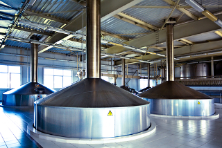 Cubas de fermentação de aço em fábrica de cerveja