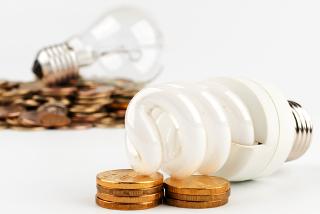 As lâmpadas fluorescentes economizam mais energia e dinheiro que as incadescentes