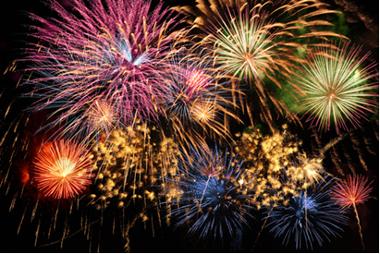 Os fogos de artifício são coloridos em virtude do uso de diferentes sais