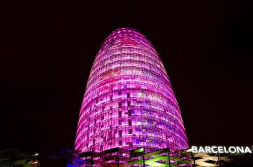 A iluminação rosa simboliza o apoio à luta das mulheres contra o câncer de mama *