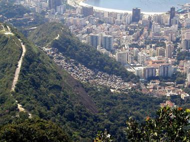 Favela Dona Marta (centro da foto) nas proximidades do litoral do Rio de Janeiro **