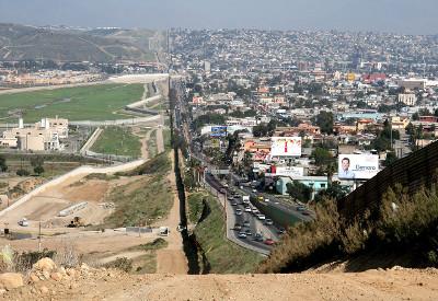 Do lado direito, a cidade de Tijuana (México); do lado esquerdo, o território dos EUA. Essa cidade recebe várias indústrias estadunidenses