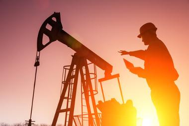 """Uso de """"cavalo de pau"""" (à esquerda) para exploração do petróleo"""