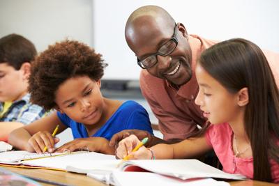 O letramento é uma das soluções para a erradicação do analfabetismo funcional, pois extrapola a visão tecnicista de alfabetização