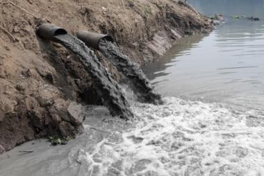 A poluição dos cursos d'água acarreta problemas ambientais