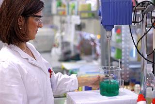 O engenheiro químico também trabalha em laboratórios, mas ele é capaz de transportar os dados para a escala industrial