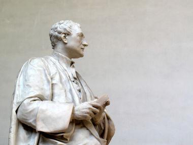 Estátua de Newton na Universidade de Cambridge, Inglaterra*